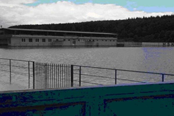 Futbalové ihrisko v Dudinciach sa zmenilo doslova na plaváreň.