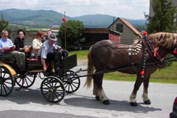Hodnotiacu komisiu vozili po dedine na konskom povoze s 8-ročným žrebcom belgického plemena. Voz vyrobili v Dobrej Nive v roku 1926, patrí povozníkovi.