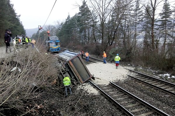 Nákladné auto sa na trať zrútilo pri Milochove.