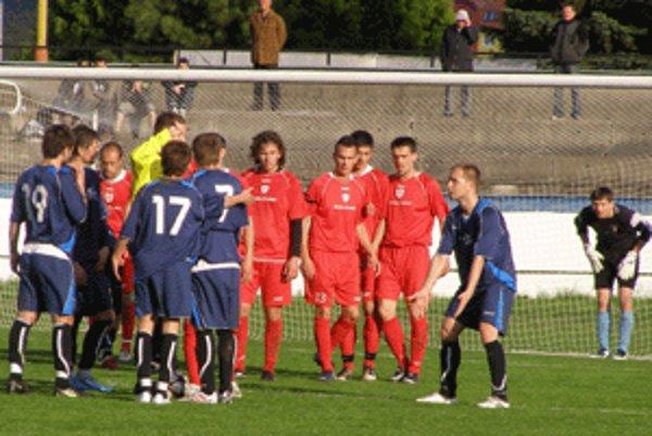 Zvolenčania (v červenom) inkasovali v Humennom gól zo štandartnej situácie.