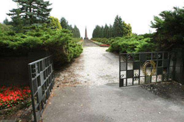 Návrh na vybudovanie ústredných vojenských cintorínov s pamätníkmi bol schválený v roku 1950, s exhumačnými prácami sa začalo v roku 1952.