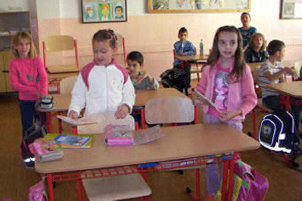 V triedach sú nové lavice aj stoličky.