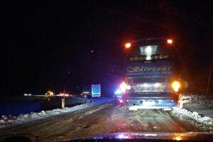 Situácia na ceste pri Kapušanoch pred desiatou večer.