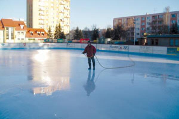 Prípravu ľadu, ako každý rok, komplikovalo počasie.