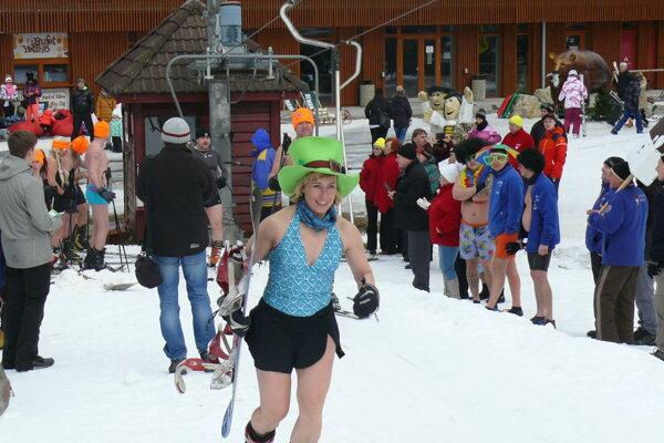 Vonku jeden stupeň pod nulou, ale aj tak sa lyžovalo v plavkách.