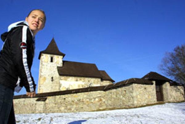 Kostol obopína kamenná fortifikovaná ohrada.