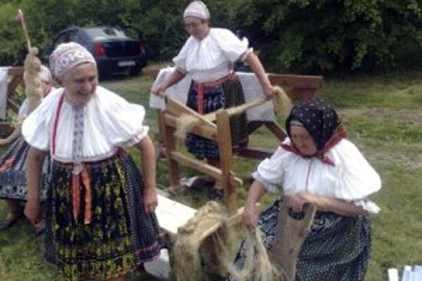 Do programu sa pripojili aj obce Sebechleby a Hrušov, ktorého obyvateľky predvádzali tradičnú poľnohospodársku výrobu.
