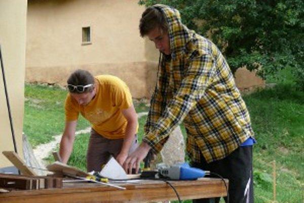Študent Martin Ľupták zo Zvolena (vpravo) vyrábal svietidlo.
