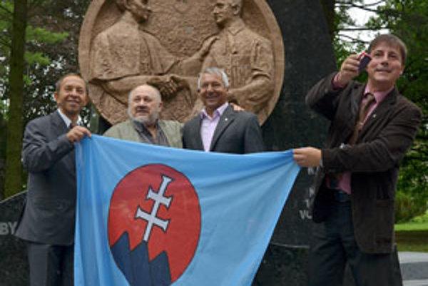 Sochár Ladislav Berák (druhý zľava), autor plastiky, sa fotografuje s primátorom Zvolena Miroslavom Kuseinom (druhý sprava) a hosťami slávnostného odhalenia pamätníka.