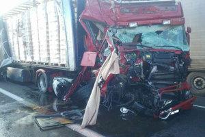 Jeden z poškodených kamiónov po zrážke s druhým kamiónom na diaľnici D2 v smere z Maďarska do Bratislavy.