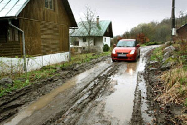 Cesta ku chatovej oblasti na Môťovskej priehrade.