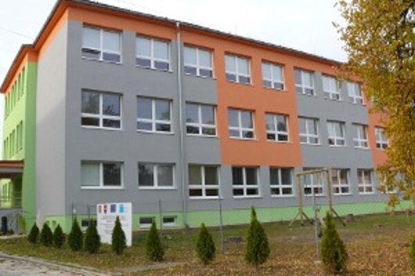 Zrekonštruovaná školská budova.