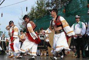 Súbor Očovan počas domáceho festivalu Očovská folklórna hruda.