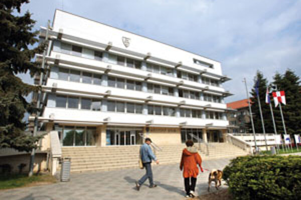 Mestským úradníkom poslanci schválili odmeny.
