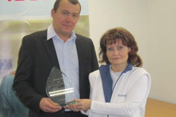 Riaditeľ nemocnice Jozef Botka a zástupkyňa primára Jana Krokošová s ocenením.