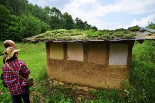Návštevníci si počas exkurzie prezerajú záhradný domček.