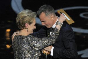 Daniel Day-Lewis, keď dostal Oscara za film Lincoln. Predávala mu ho Meryl Streep.