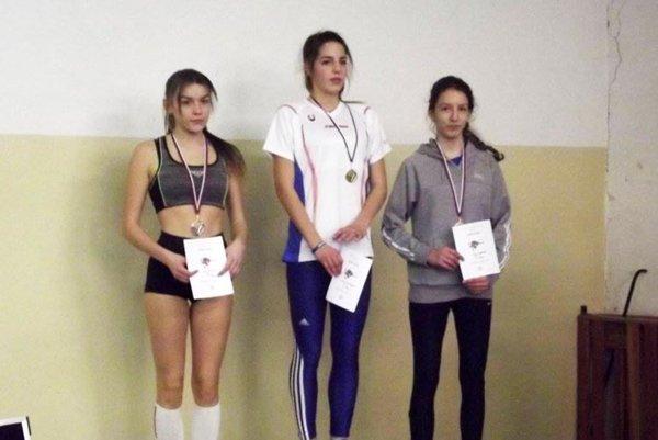 Tri najlepšie pretekárky v skoku do výšky žiačok. Vľavo Kiara Töröková z AC Stavbár Nitra.