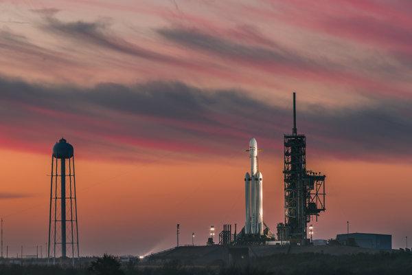 Jeden z posledných záberov rakety Falcon heavy na odpaľovacej plošine.