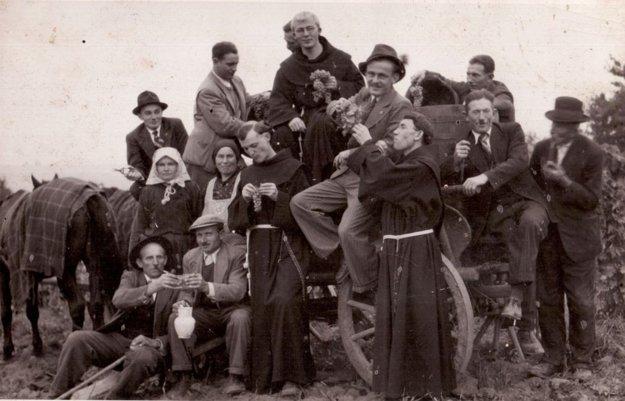 Na oberačky do tormošských viníc radi chodievali aj františkáni (40. roky).
