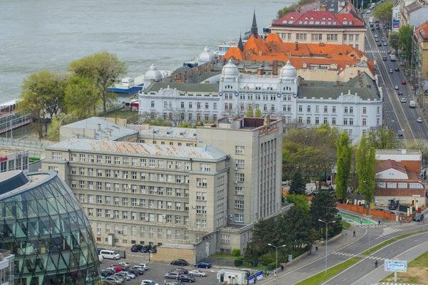 Krajinský úrad sídlil vbudove dnešnej filozofickej fakulty. Pôvodne to bolo sídlo veliteľstva 5. cisárskeho akráľovského armádneho zboru.