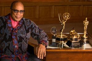 Quincy Jones so svojimi oceneniami. V marci oslávi 85 rokov.
