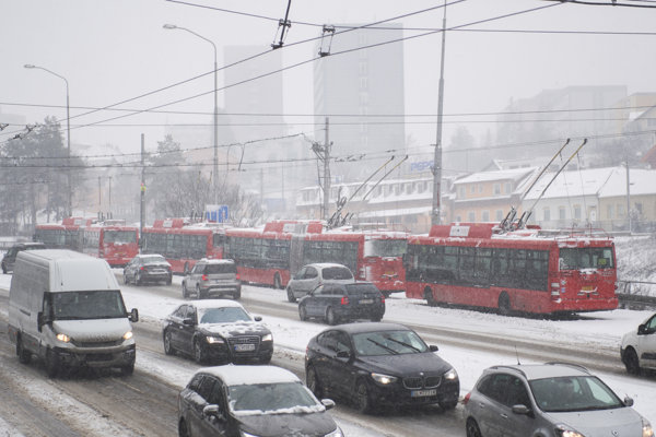 Na Pražskej ulici v Bratislave v smere na Kramáre stálo v pondelok v kopci niekoľko trolejbusov.