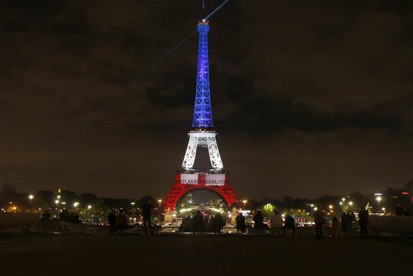 Takto svietila Eiffelova veža po útokoch v Paríži.