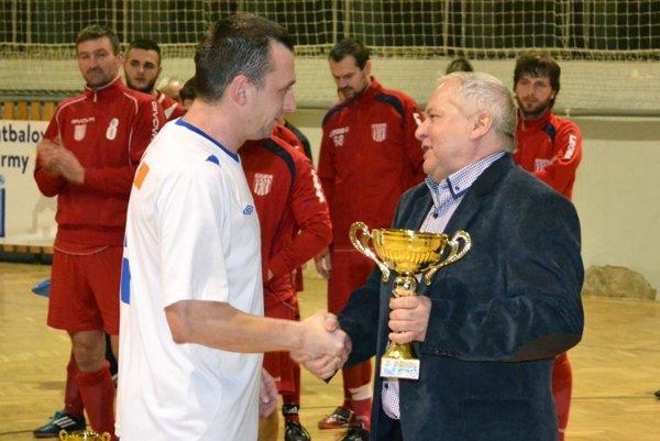 Obľúbený turnaj bude mať 16. ročník. Pred rokom blahoželal Tibor Rábek mužstvu Horných Salíb.
