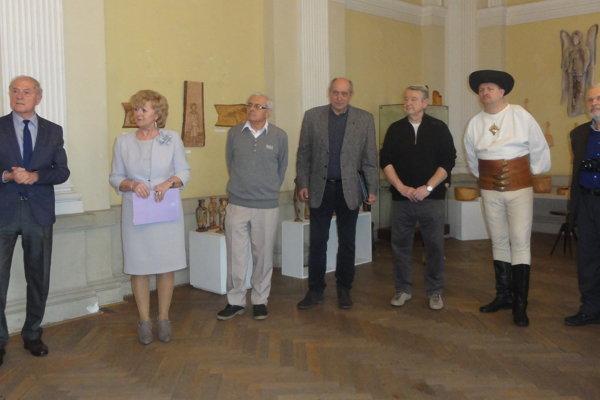 Vernisáž výstavy Krása dreva s niektorými z vystavujúcich umeleckých rezbárov.