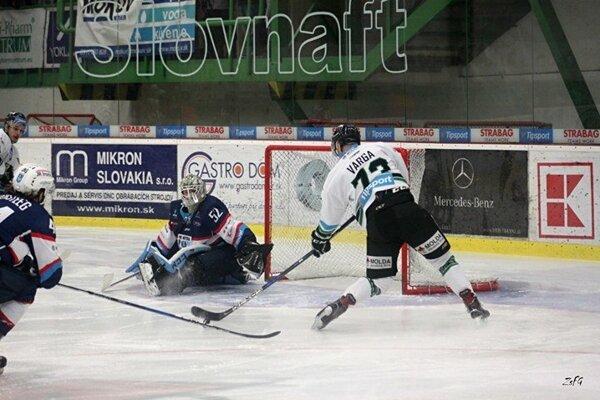 Šanca Vargu v prvej tretine za stavu 0:0. Puk mu v rozhodujúcom momente skĺzol z hokejky.