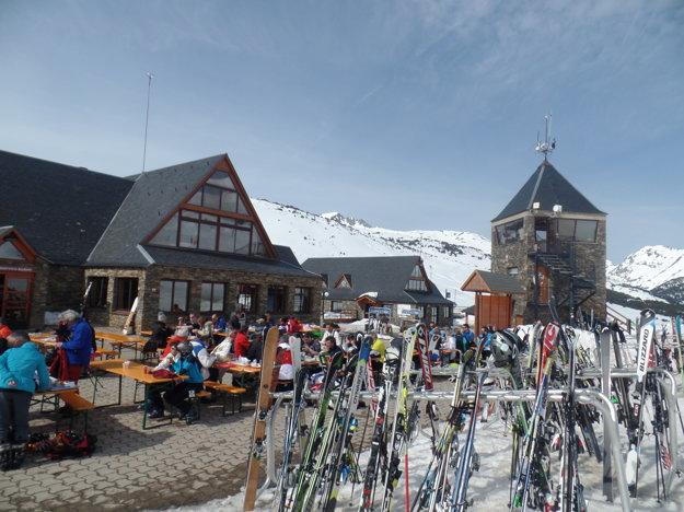 Ceny jedla aj dobrého vína sú tu na rozdiel od alpských lyžiarskych ekvivalentov zatiaľ veľmi príjemné.