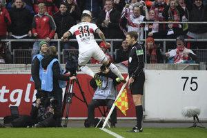 Daniel Ginczek zo Stuttgartu sa raduje zo svojho gólu.