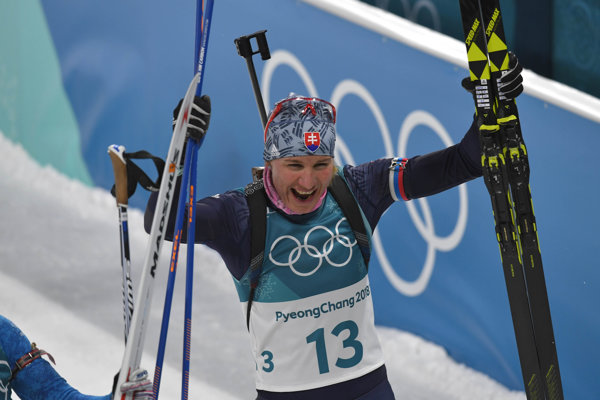 Anastasia Kuzminová sa teší po zisku striebornej medaily.