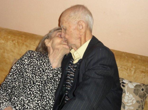 Ľúbia sa aj po desiatkach rokov spoločného života.