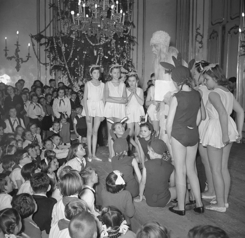 Dedo Mráz zavítal medzi pionierov v Pionierskom paláci v Bratislave 31. decembra 1952.