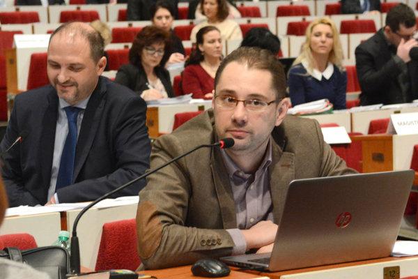 Poslanec Marcel Gigóda (nez.). Najprv rozhorčil poslancov nadávkou idiot, oni potom aj tak schválili jeho pozmeňujúci návrh.