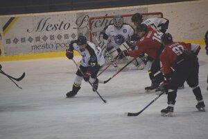 Púchov (v bielom) musel hrať proti Budapešti všetky tri zápasy.