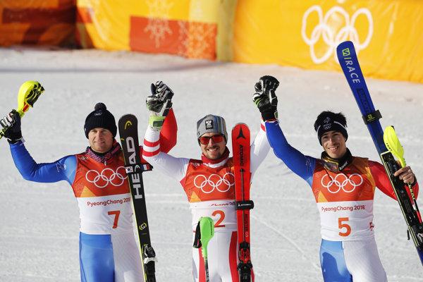 Zľava strieborný Alexis Pinturault, zlatý Marcel Hirscher a bronzový Victor Muffat-Jeandet.