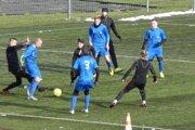 FK Čadca (v modrom) v príprave s poľským súperom LKS Drzewiarz Jasienica.