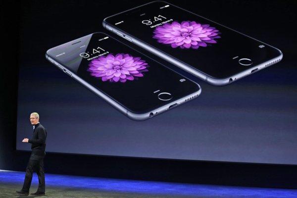 Výkonný riaditeľ Apple pri predstavovaní iPhone 6 a 6 Plus. Apple sa rozhodol zmeniť stratégiu vydávania aktualizácií.