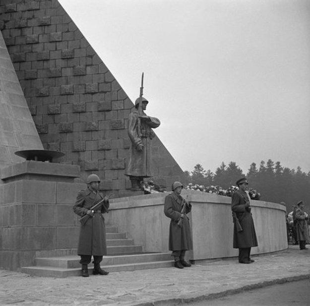 Pôvodná socha z roku 1949. Na predpolí pamätníka bude jej kópia.