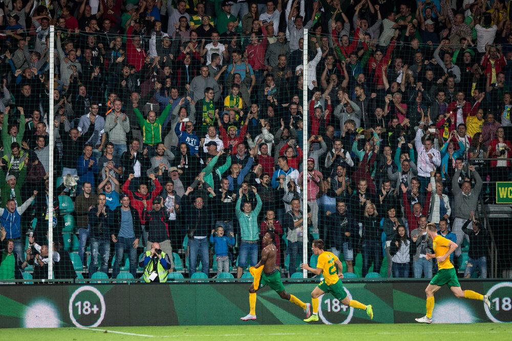 Hráč Žiliny William so spoluhráčmi oslavuje víťazstvo proti Bilbau. (20. 8. 2015, Žilina)