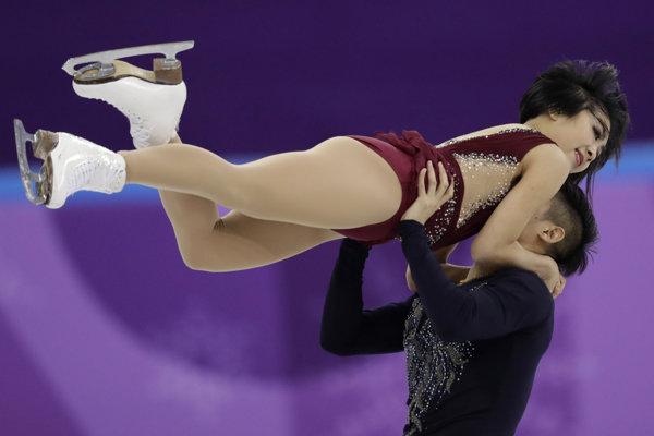 Najlepšou športovou dvojicou po krátkom programe je čínsky pár Suej Wen-ťing, Chan Cchung.