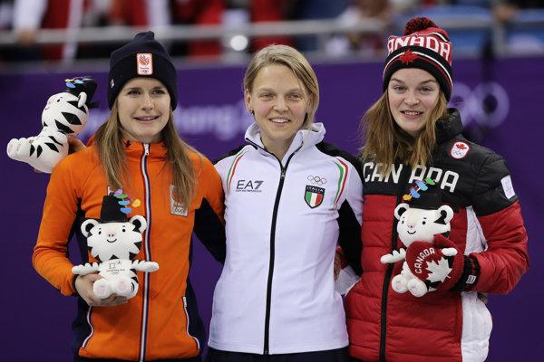 Kanadská rýchlokorčuliarka na krátkej dráhe Kim Boutinová (vpravo) získala bronz v pretekoch žien na 500 m v šortreku na ZOH 2018.