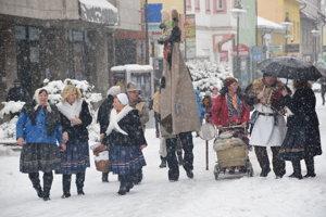 V utorok 13. februára poslednú fašiangovú zábavu v uliciach Čadce pripravila folklórna skupina zo Zborova nad Bystricou.