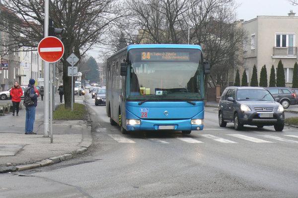 Ak by sa zámer vydaril, tak by autobusy MHD odbočili doprava ku stanici.