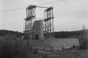 Na archívnej snímke z 10. mája 1949 stavba pamätníka padlých bojovníkov za slobodu na Dukle.