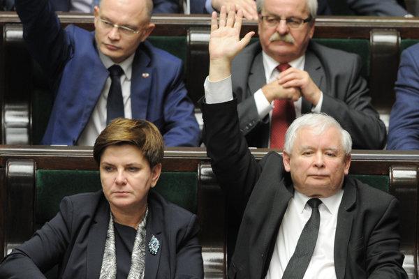 Premiérka Beata Szydlo a šéf PiS Jaroslaw Kaczynski majú dosť moci na to, aby zmenili ústavu a nepočúvali kritiku.