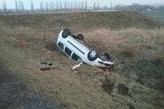 Auto zostalo prevrátené v poli.